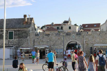 Das Stadttor zur Altstadt von Primosten.