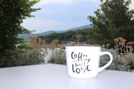 Der Morgen-Kaffee mit Ausblick am Kamp Mina auf Hvar.
