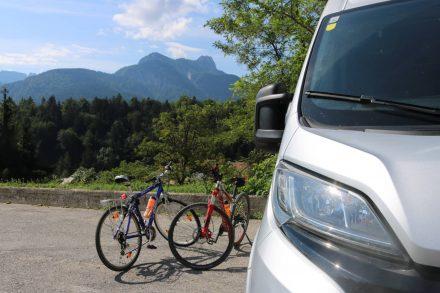 Auf dem Parkplatz am Ortseingang von Tarvis lassen wir den Ducato stehen.