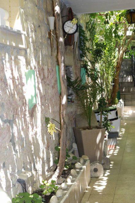 Liebevoll dekoriert sind viele Gassen der Altstadt in Hvar.