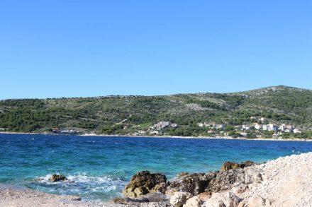 Die Meeresküste am Campingplatz Autocamp Adriatiq in Primosten.