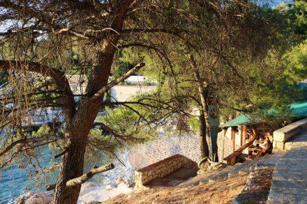 Am Fußweg vom Camp Adriatiq nach Primosten liegt diese hübsche Strandbar.