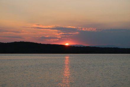 Wunderschöner Sonnenuntergang in der Bucht von Klimno.