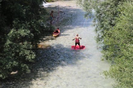 Tolle Wellenreitübung im Fluss mit einer selbstgebauten Anlage.