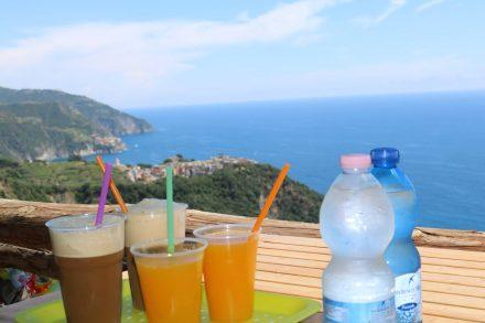Nach dem Aufstieg von Vernazza belohnt uns ein Blick auf Corniglia und frisch gepresster Orangensaft.