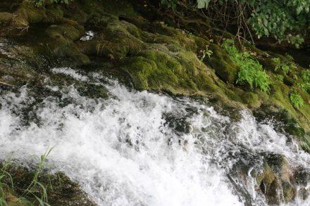 Wo man geht und steht erfindet das plätschernde Wasser sich neu.