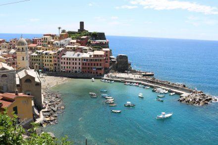 Blick von der Anhöhe auf Vernazza, Cinque Terre.
