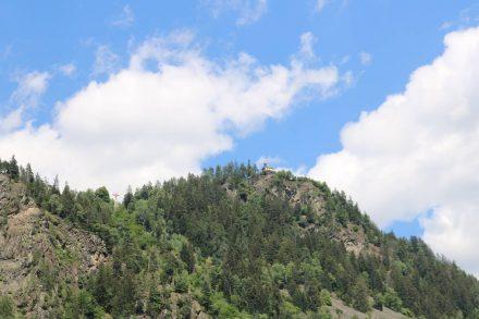Ganz oben thront das Kirchlein von Gwabl.