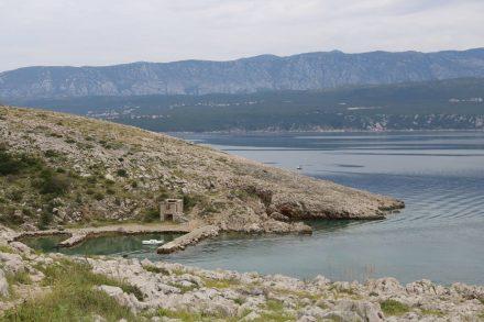 Wanderwege führen zu einer Bucht, die anscheinend früher als Hafen benutzt wurde.