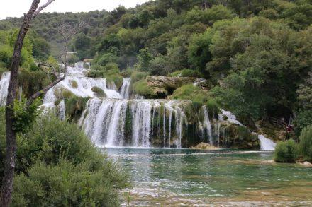 Über viele Ebenen sucht sich das Wasser den Weg nach unten.