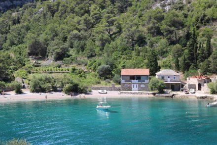 Die erste Bucht der Tour lässt sich nur über einen Schotterweg erreichen, belohnt aber mit türkisfarbenem Wasser.