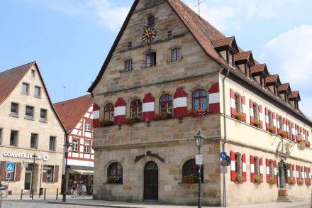 Das historische Rathaus von Lauf steht mitten in der Innenstadt.