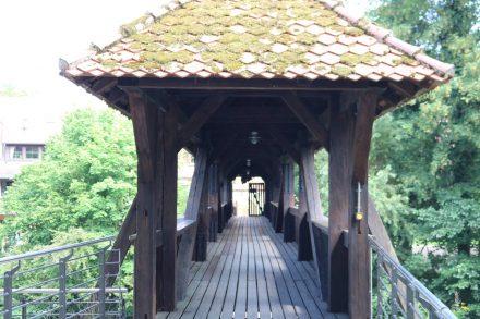 Über eine Brücke gelangt man von der Kaiserburg in die Laufer Altstadt.