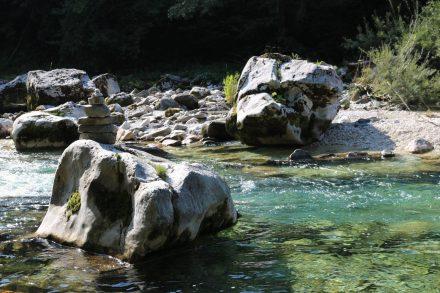 Felsbrocken wie von Geisterhand in den Fluss geworfen.