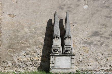Im Garten der alten Fischerkirche in Rust steht dieser skurrile Grabstein.