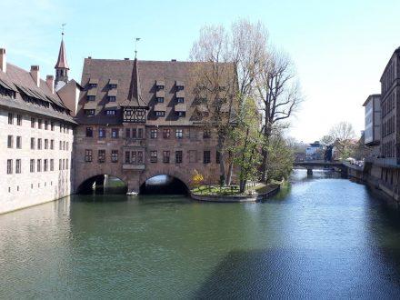 Das Heilig-Geist-Spittal in Nürnberg thront über der Pegnitz.