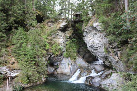 Durch Felsentore sucht sich das Wasser in der Hochstegklamm seinen Weg.