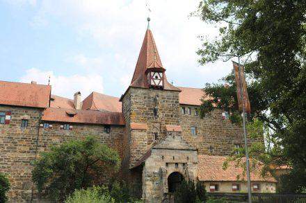 Die Kaiserburg oder auch das Wenzelschloss in Lauf steht auf einer Insel.