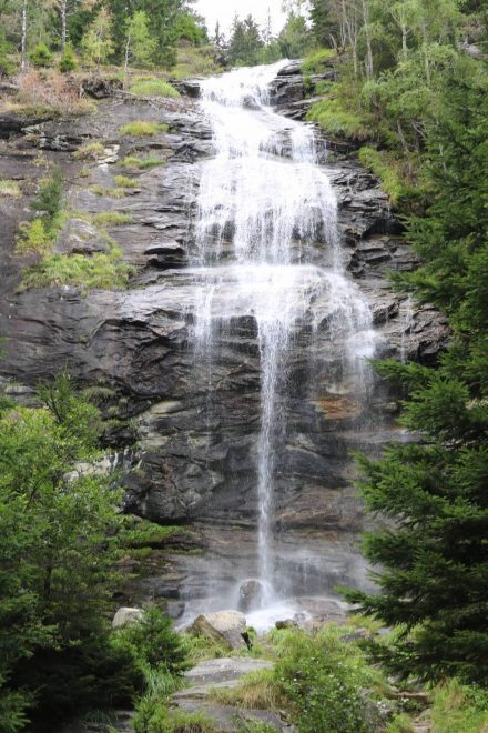 Über drei Stufen braust das Wasser am Melnikfall in die Tiefe.