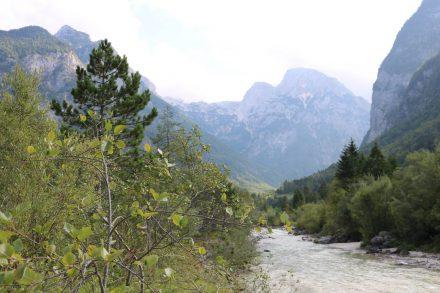 Zwischen Bergen und viel Natur fließt die Soca von Ost nach West.