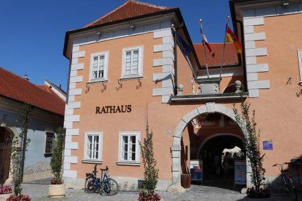 Das Rathaus von Rust in der Fußgängerzone.