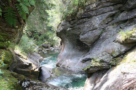 Türkisfarbenes Wasser und eine durch Wasserkraft kreierte Felsformation.