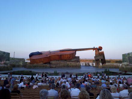 Das einzigartige Bühnenbild der Seebühne Mörbisch mit der größten Geige der Welt.