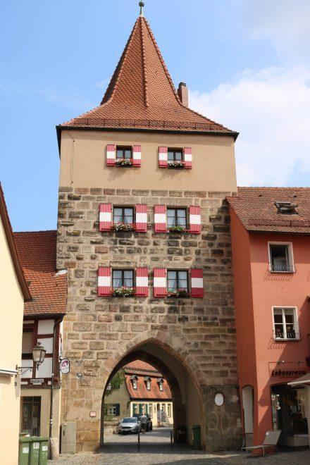 Eins der schön restaurierten Stadttore von Hersbruck.