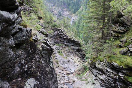 Blick zurück ins Tal mit schroffen Felsen, herrlichem Grün und dem Hochalmfall.