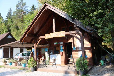 An der Rezeption des Kamp Vodenca gibts tollen Kaffee und gemütliche Hängematten.