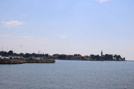 Von der Uferpromenade zurück auf Novigrad geblickt.
