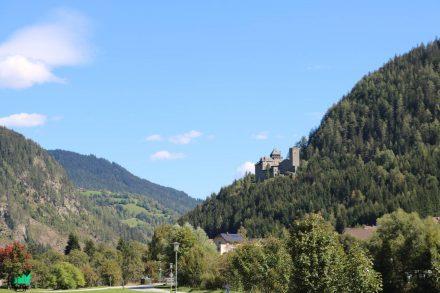 Die Burg Finstergrün hoch über Ramingstein und der Mur - heute als Jugendherberge und Kultureinrichtung genutzt.