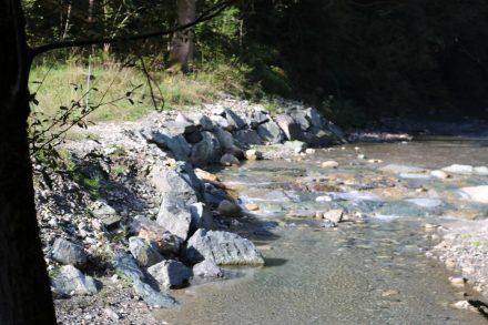 Bunte Steine säumen die Gössering auf ihrem Weg nach Hermagor.