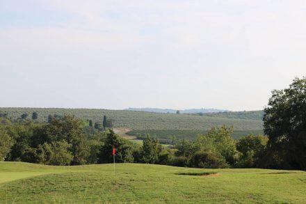 In der Nähe des pompösen Kempinski Hotels liegt auch der sehr gepflegte Golfplatz.