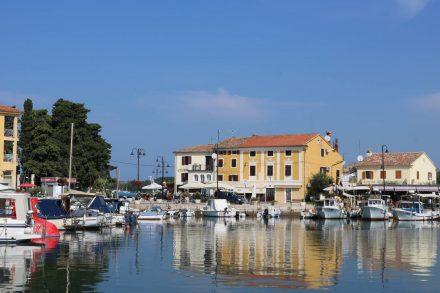 Malerisch liegt der Hafen in Novigrad mitten an der Flaniermeile.
