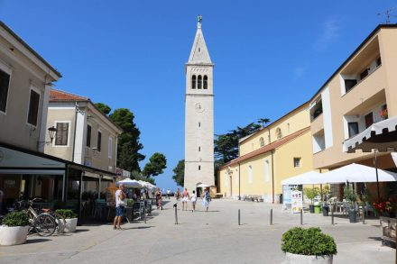 Die Kirche mit Kirchplatz in Novigrad.