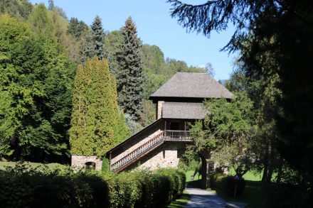 Kurz vor Einach durchquert man dieses alte Festungstor.