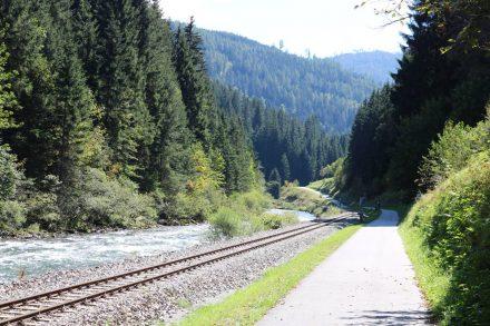 Von Tamsweg bis Murau fährt die eingleisige Murtalbahn oft parallel zum Radweg.