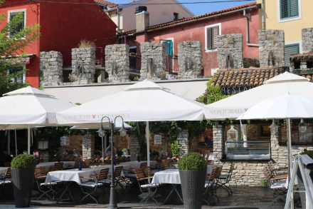 Hübsche Restaurants entlang der Hafenmole.