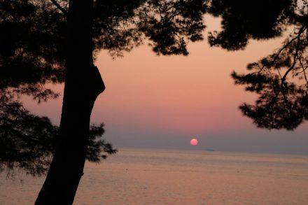 Rosa und hellblau - pudrige Töne am Himmel über dem Meer.