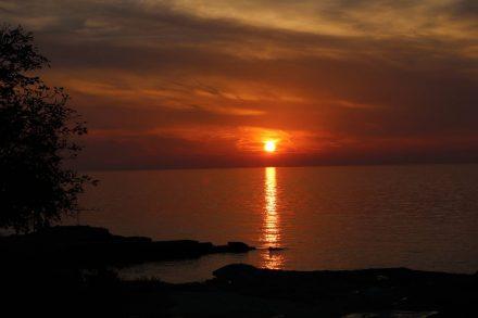 Wunderschöne tiefrote Sonnenuntergänge über dem Meer von Istrien.