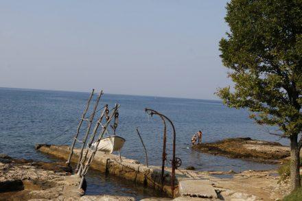 Die kleinen Boote werden an der Küste in Sicherheit gebracht.