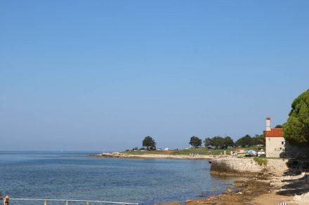 An der Küste von Savudrija steht ein kleines Kirchlein.