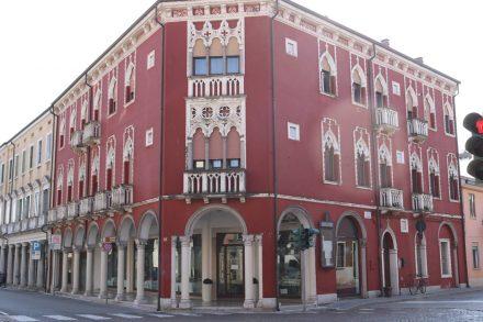 Noch so ein prachtvolles Gebäude in Adria.