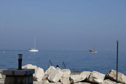 Segelbootparade ohne Segel.