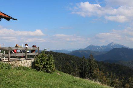 Von der Gindel Alm scheinen die Alpen zum Greifen nahe.