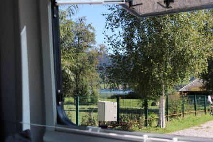 So lässt es sich aufstehen - Blick aus dem Adria Twin auf den Schliersee.