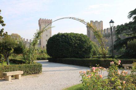 Sogar der Burggarten vom Castello Carrarese wird gepflegt und gehegt.