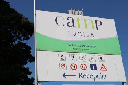 Vor dem Camp Lucija in Portoroz ist ein großer Parkplatz, den Wohnmobile auch als Tagesparkplatz kostenlos benutzen dürfen.