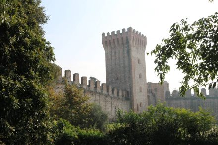 Ein Blick auf die weitläufigen Festungsmauern von Carrarese.